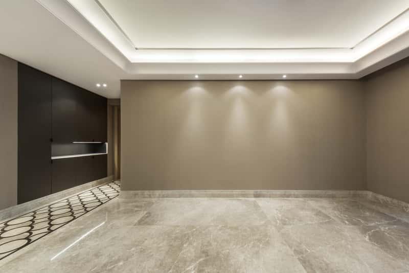 Podświetlony sufit napinany w pomieszczeniu