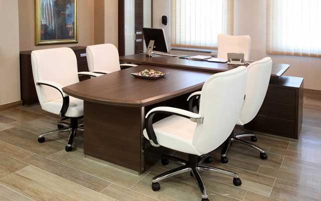 Meble biurowe - z salonu czy na wymiar? Sprawdzamy koszty
