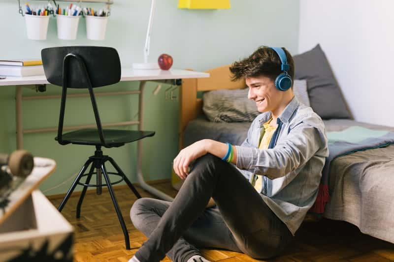 Nastolatek w młodzieżowym pokoju
