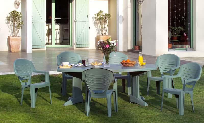 Plastikowe meble ogrodowe jako doskonałe rozwiązanie dla osób ceniących tanie rozwiązania. Zestaw ogrodowy to najczęściej krzesła i stół.
