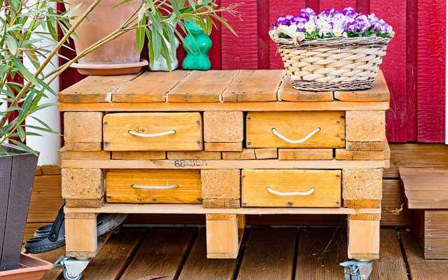Meble z palet drewnianych – cena, gdzie kupić, a może zrobić samodzielnie?