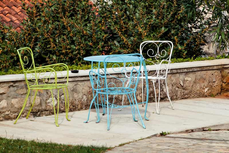 Kolorowy metalowy stolik ogrodowy i metalowe meble ogrodowe jako komplet mebli do ogrodu dla każdego