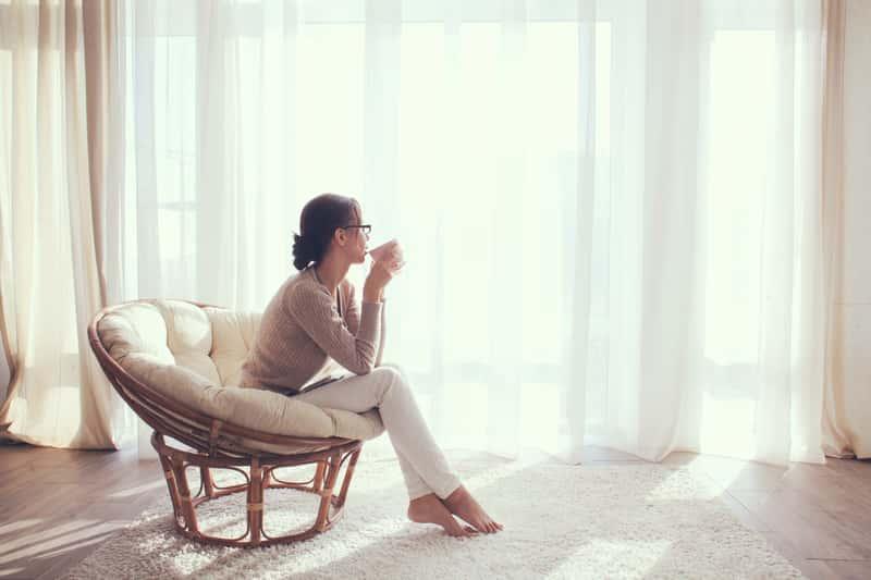 Kobieta pijąca kawę w salonie