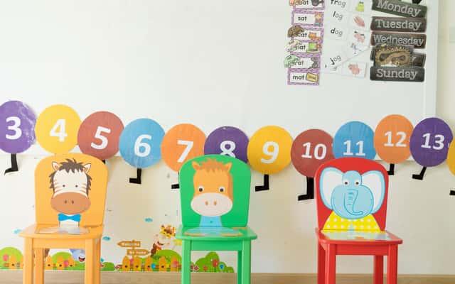 Naklejki na meble dla dzieci – najlepsze motywy, inspiracje, porady przy wyborze