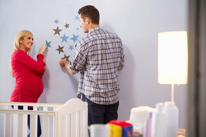 Naklejki na ścianę - najlepsze motywy, opinie, ceny, przyklejanie krok po kroku