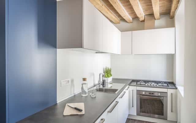 Narożne szafki kuchenne – jak je dobrze zaplanować?