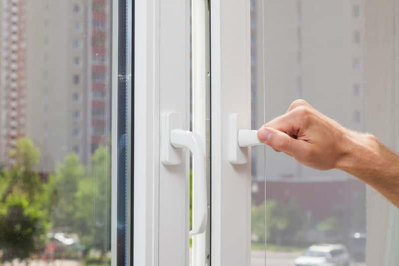 Okno z nawiewnikami higrosterowalnymi