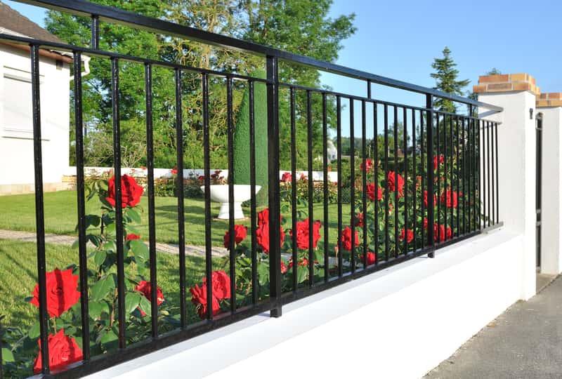 Nowoczesne ogrodzenia metalowe - opinie, ceny, porady przy zakupie
