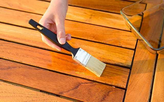 O czym należy pamiętać przy malowaniu drewna?