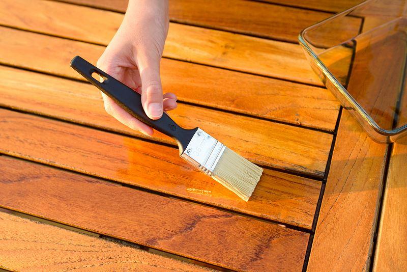 O czym należy pamiętać przy malowaniu drewna