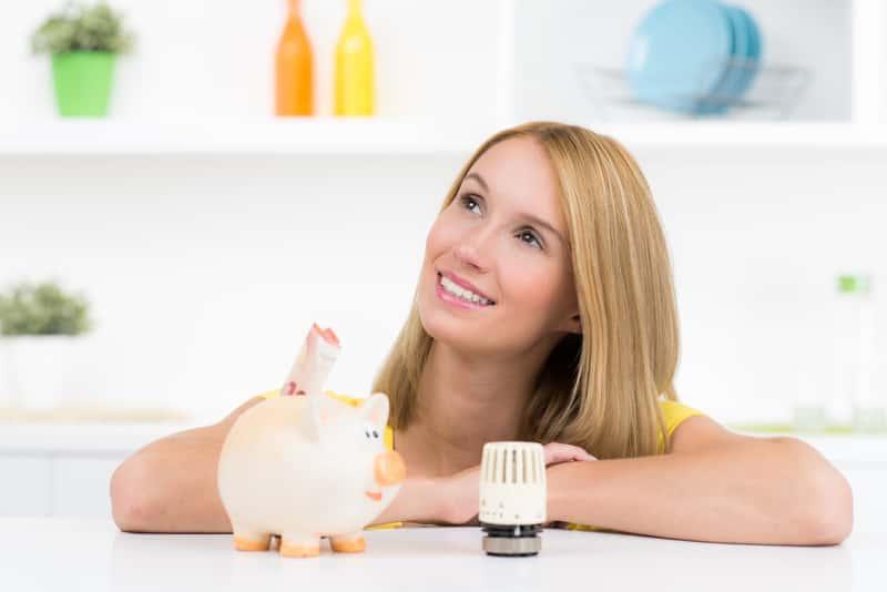 Kobieta oceniająca ogrzewanie domu gazem