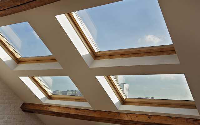 Ceny okien dachowych vs. zwykłe okna PCV, które droższe w zakupie?