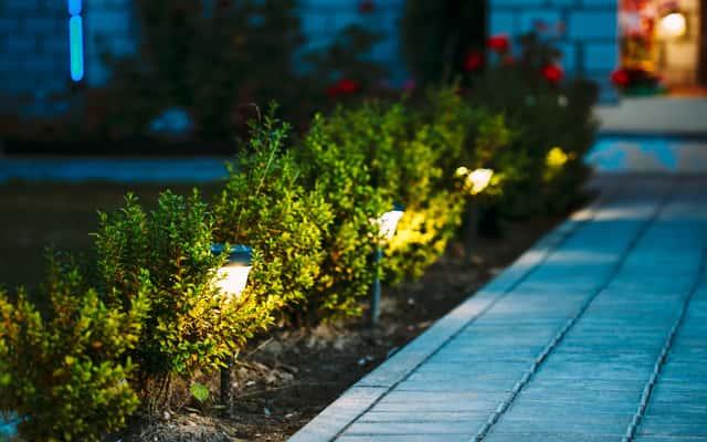 Oświetlenie ogrodu - rodzaje lamp zewnętrznych, ceny, opinie, porady