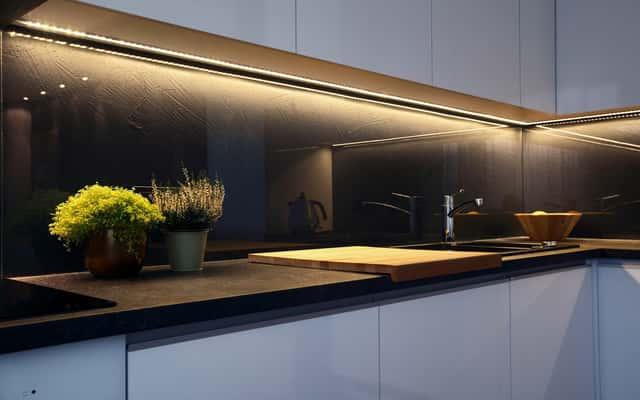 Oświetlenie podszafkowe kuchenne - co wybrać? LED czy tradycyjne świetlówki