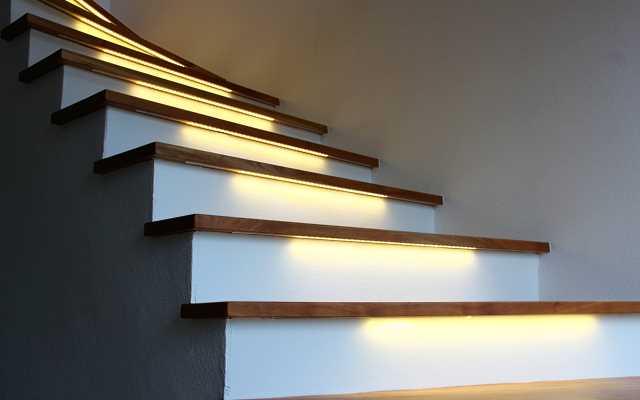 Funkcjonalne oświetlenie schodów dzięki inteligentnym sterownikom