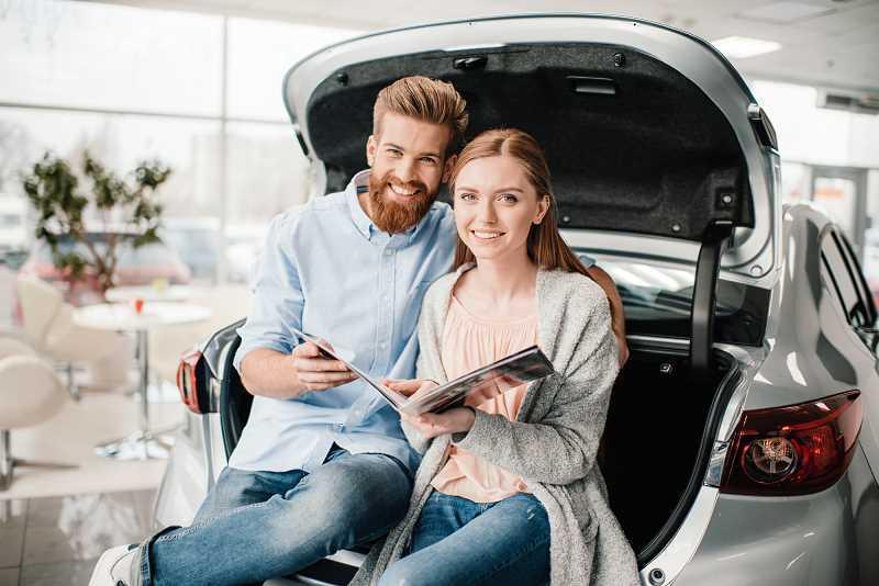 Para przegląda oferty samochodowe