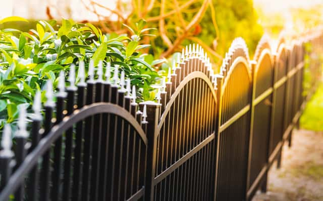 Płoty ogrodowe – rodzaje, opinie, przykłady, porady przy zakupie