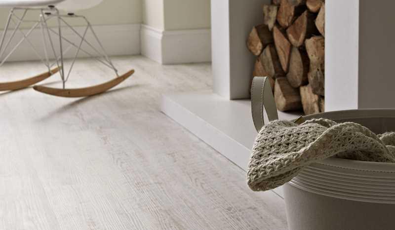 Podłoga  drewniana - jasne deski