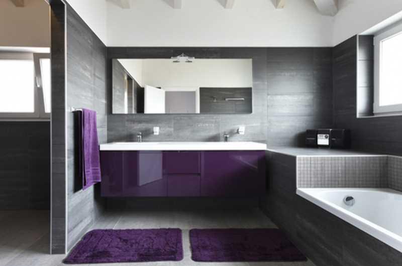 Przestronna łazienka z podwójną umywalką