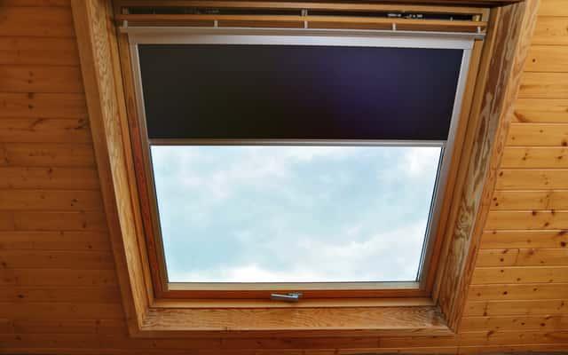 Rolety do okien dachowych - rodzaje, cena, porady dla wybierających
