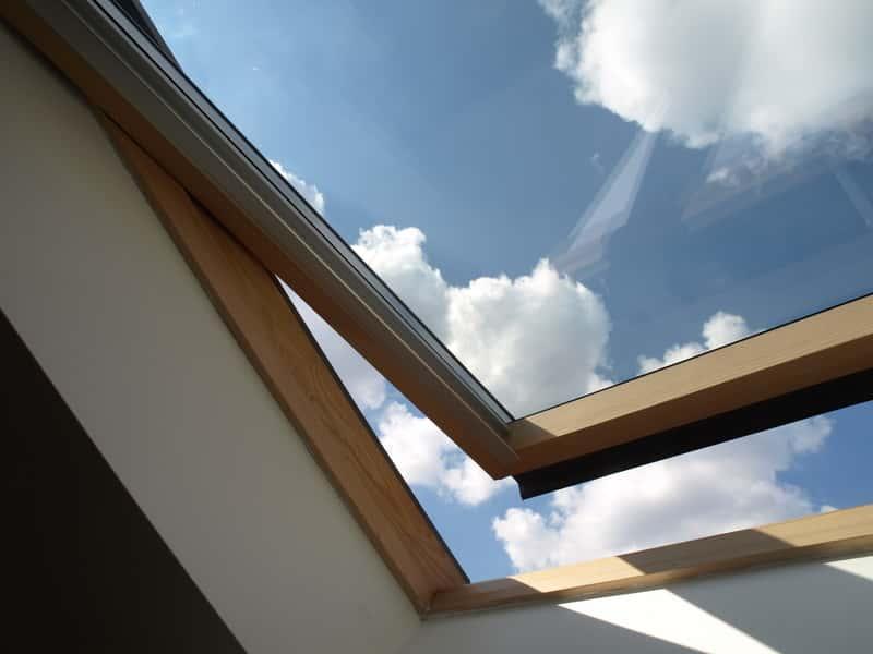 Uchylone okno dachowe w domu