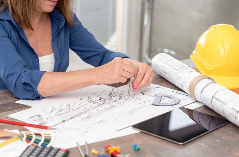 Architekt podczas projektowania domu