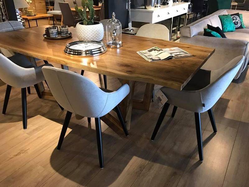 Wygodny stół i krzesła to podstawa funkcjonalnego kącika jadalnianego