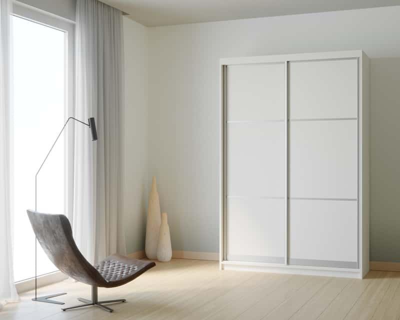 Biała szafa dwudrzwiowa w pokoju