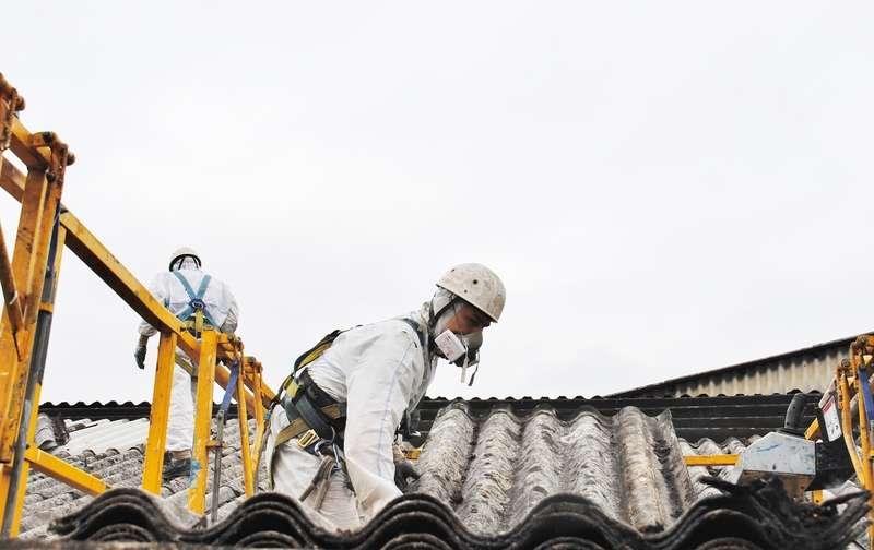 Prace przy usuwaniu azbestu z dachu