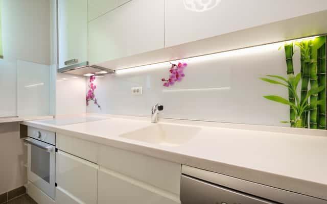 Szyba hartowana do kuchni z nadrukiem - czy sprawdzi się na ścianie?