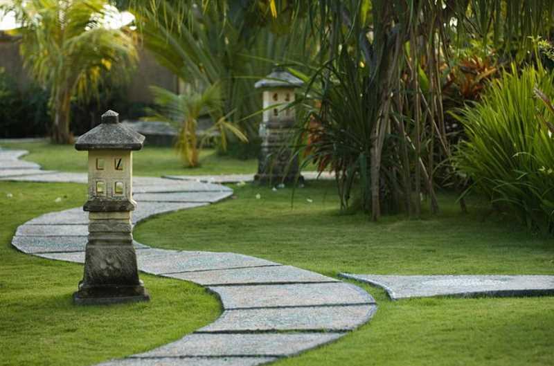 Kręta ścieżka w ogrodzie