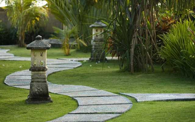Jak zaprojektować ścieżkę ogrodową? Poznaj popularne materiały i rozwiązania