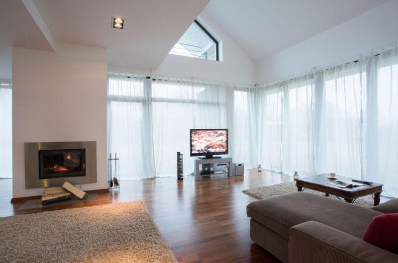 Telewizor i kominek w salonie