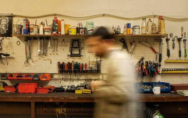 Narzędzia ręczne, akcesoria i osprzęt – co warto mieć pod ręką w domowym warsztacie?