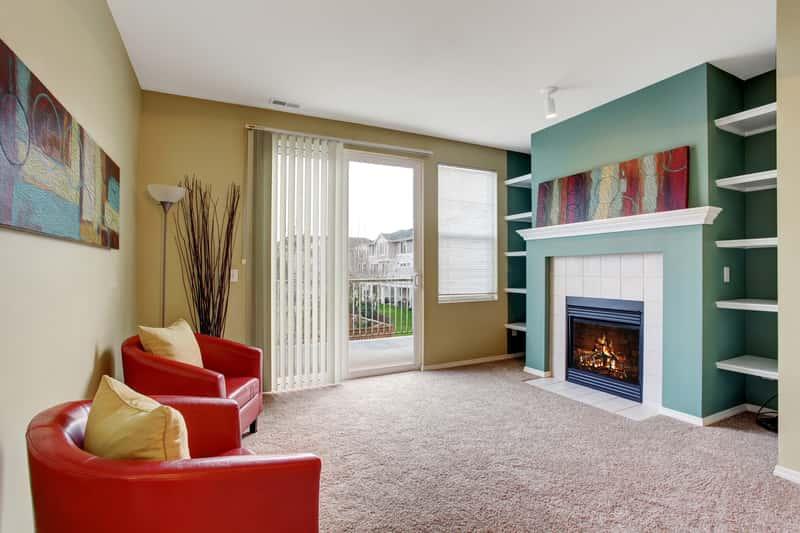 Wykładzina dywanowa jasna w pięknie zaaranżowanym salonie. Wykładziny dywanowe w Castoramie i polecane modele.