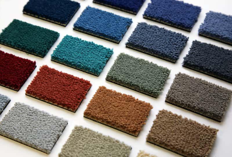 Wykładziny dywanowe z Castoramy w różnych wariantach kolorystycznych na próbkach sklepowych