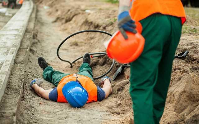 Wypadek przy pracy na budowie - obowiązki inwestora a wykonawcy