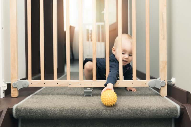 Zabezpieczająca bramka na schody - rodzaje, ceny, opinie, polecane produkty