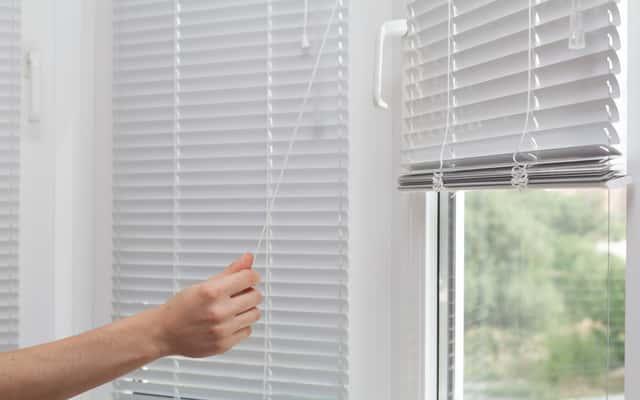 Żaluzje okienne - rodzaje, opinie, ceny, polecane modele i producenci