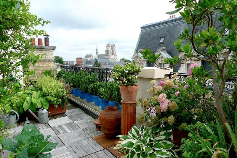 Pięknie zaaranżowany ogród na dachu