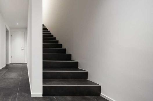 Koszt wykończenia schodów wewnętrznych - schody drewniane vs. schody z płytek ceramicznych