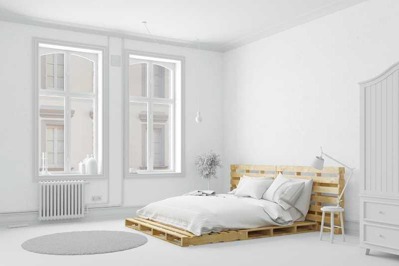 Łóżko z palet w nowoczesnej, białej sypialni, a także jak przygoować meble z palet krok po kroku - projekt, wykonanie, przygotowanie