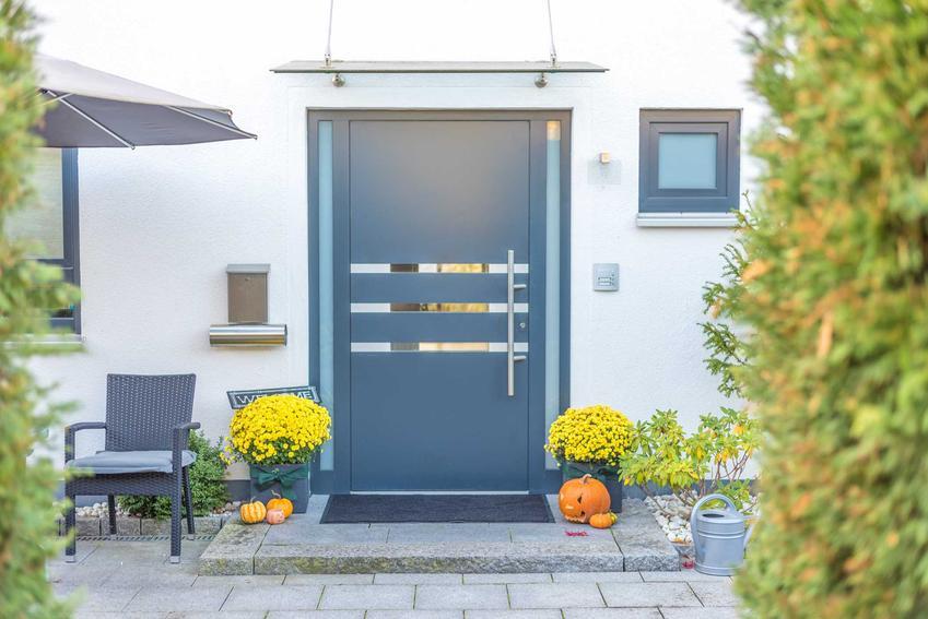 Zewnętrzne drzwi aluminiowe zazwyczaj są dośc kosztowne. Ładnie się prezentują i są bardzo trwałe, ponieważ aluminium jest niezwykle wytrzymałe.