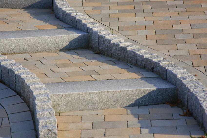 Schody z kostki brukowej są tańszym sposobem na zrobienie schodów zewnętrznych, które dobrze prezentują się przed domem lub tarasem
