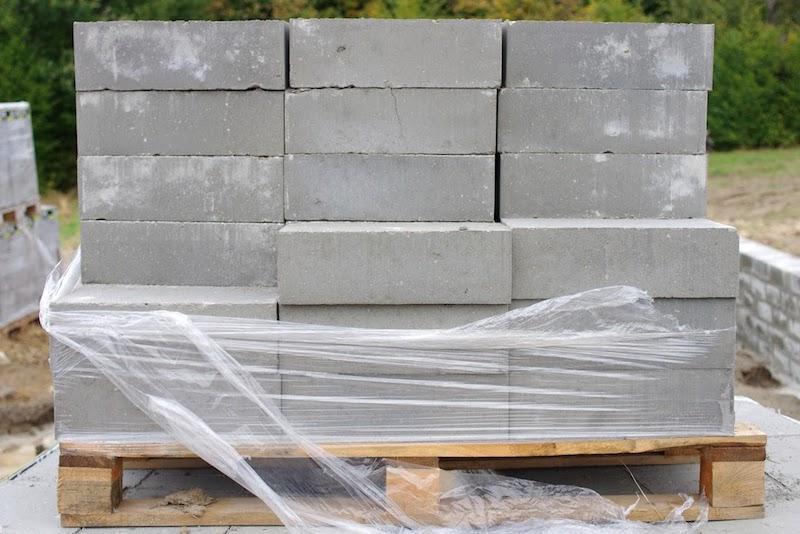 Betonowe bloczki fundamentowe na ziemi, a także ich wymiary, cena, zastosowanie, wykorzystanie, wady i zalety