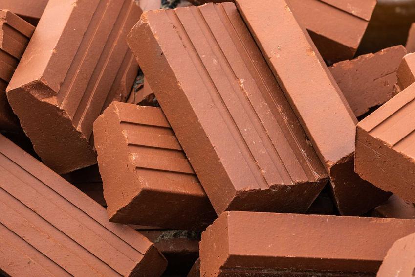 Cegła klinkierowa to materiał, który nadaje się do budowania wielu różnych konstrukcji, zwłaszcza ozdobnych. Jego cena jest dość wysoka, ale zastosowanie bardzo szerokie