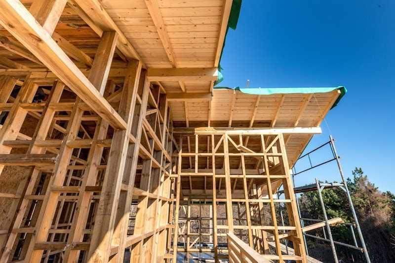 Domy z gotowych elementów są łatwe w montażu. Jak zbudować dom z gotowych elementów? Poznaj koszt budowy domu z gotowych elementów.