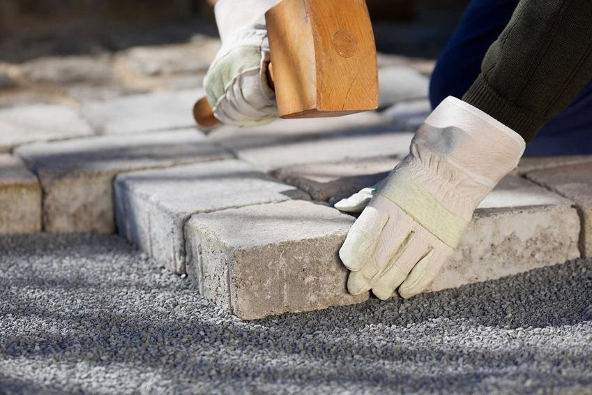 Zastosowanie kostki granitowej jest bardzo szerokie. Można wykorzystać ją na podjazdy, tarasy czy schody, a układanie kostki granitowej jest proste