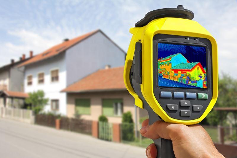 Współczynnik przenikania ciepła dachów i stropodachów można łatwo obliczyć. Dobra instalacja izolacyjna pozwoli ograniczyć uciekanie ciepła na zewnątrz.