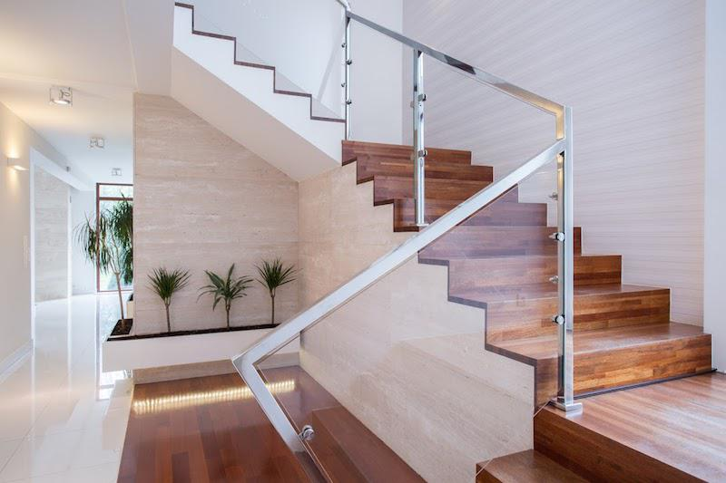Jakie schody wewnętrzne wybrać do domu krok po kroku, czyli wybieramy schody wewnętrzne do mieszkania